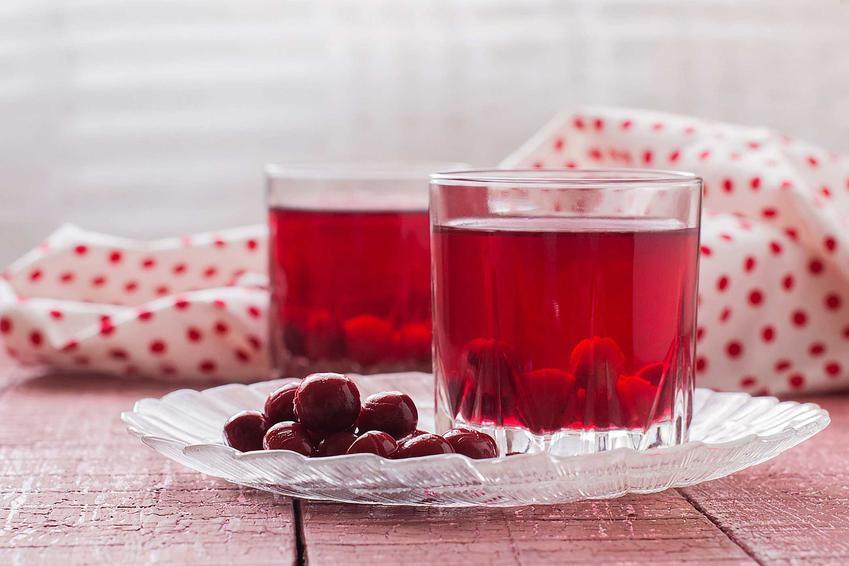 Kompot z wiśni w szklankach oraz przepis, jak ugotować kompot z wiśni i inne domowe przetwory z wiśni