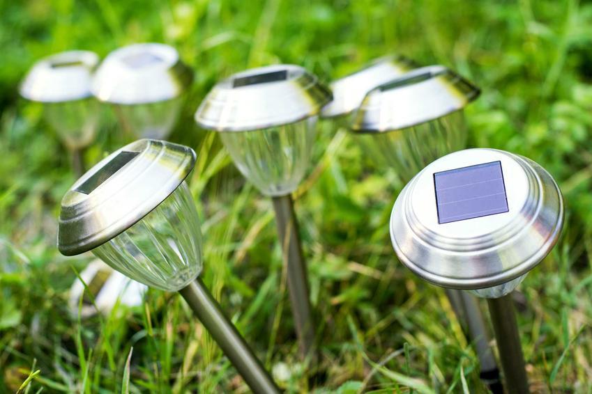 Lampy solarne do ogrodu wbite w ziemię, czyli oświetlenie solarne polecane jako ekologiczne oświetlenie ogrodowe