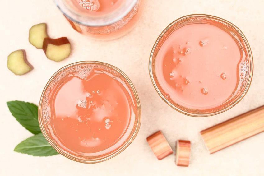 Sok z rabarbaru w szklankach, czyli sprawdzone przepisy na przetwory  z rabarbaru, w tym kompot, nalewka z rabarbaru i inne