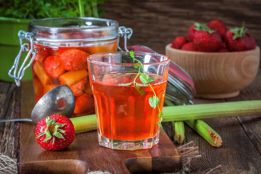 Kompot z rabarbaru i truskawek i kompot rabarbarowy oraz proste i skuteczne przepisy, jak ugotować kompot z rabarbaru