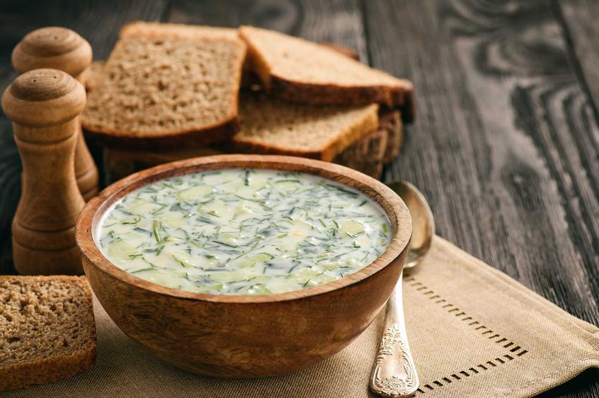 Zupa ze świeżych ogórków w misce oraz ciekawostki, wartości odżywcze i sprawdzony, najlepszy przepis na zupę ze świeżych ogórków