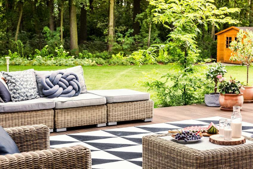 Meble ogrodowe w Leroy Merlin, w tym drewniane meble ogrodowe i zestawy mebli ogrodowych z palet, eleganckie i funkcjonalne meble