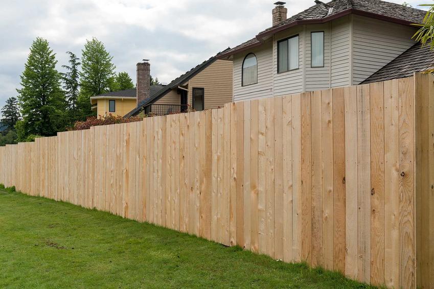 Ogrodzenia drewniane jako tanie ogrodzenia, czyli polecane najtańsze ogrodzenia działki, rodzaje, materiały i producenci