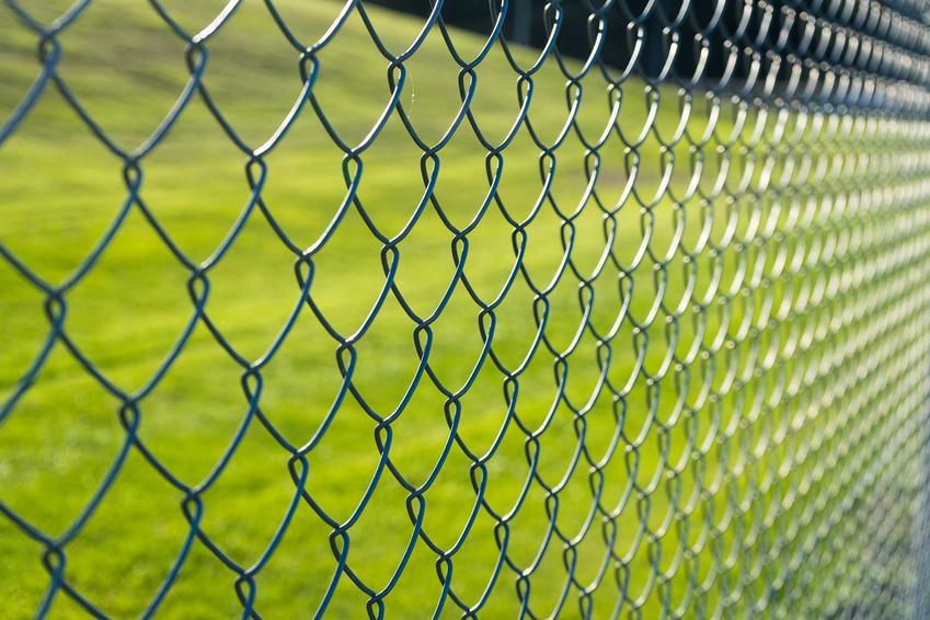 Ogrodzenia metalowe typu siatka jako tanie ogrodzenia, czyli polecane najtańsze ogrodzenia działki lub ogródka