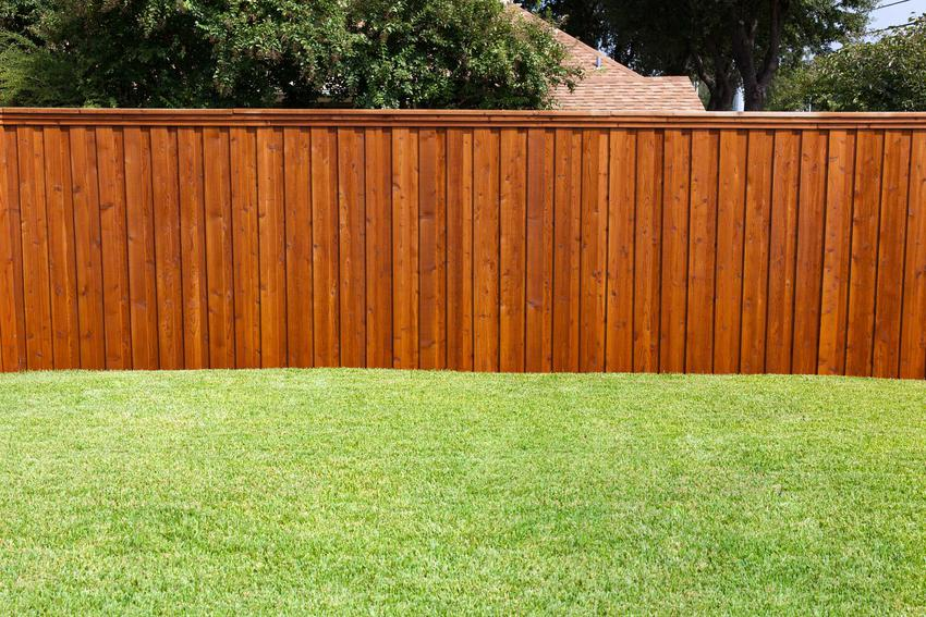 Ogrodzenia drewniane, czyli popularne ogrodzenia z drewna i płoty drewniane oraz ogrodzenia panelowe - wybór, zastosowanie