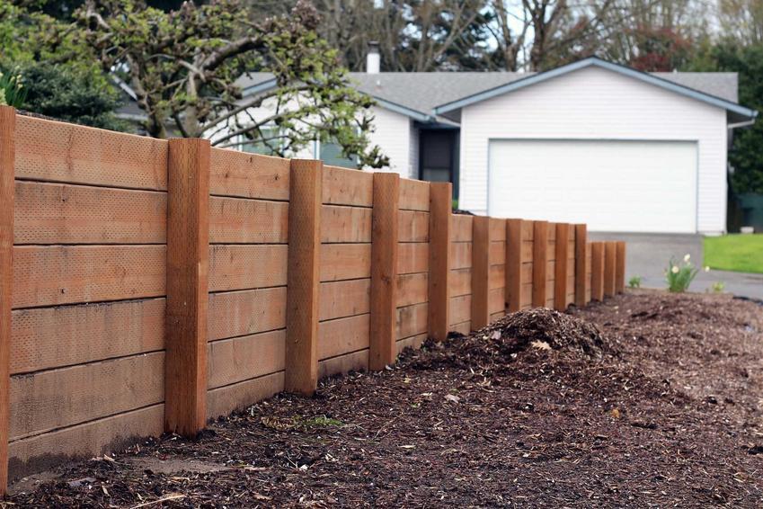 Ogrodzenia drewniane, czyli popularne ogrodzenia z drewna i płoty drewniane oraz ogrodzenia panelowe - zastosowanie, wybór, pielegnacja