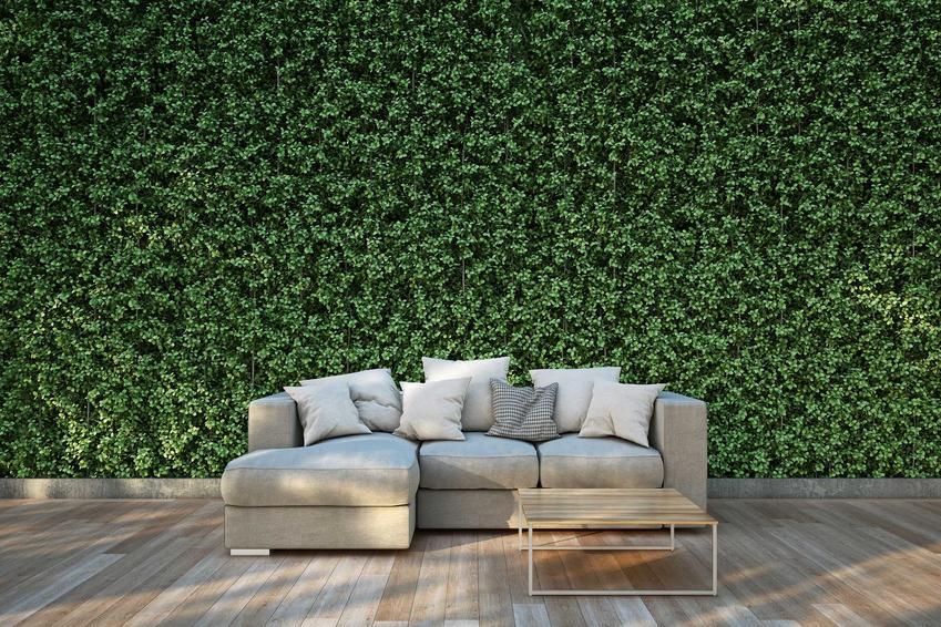 Nowoczesna sofa w tarasie oraz nowoczesne meble ogrodowe, w tym nowoczesne krzesła ogrodowe idealne na taras