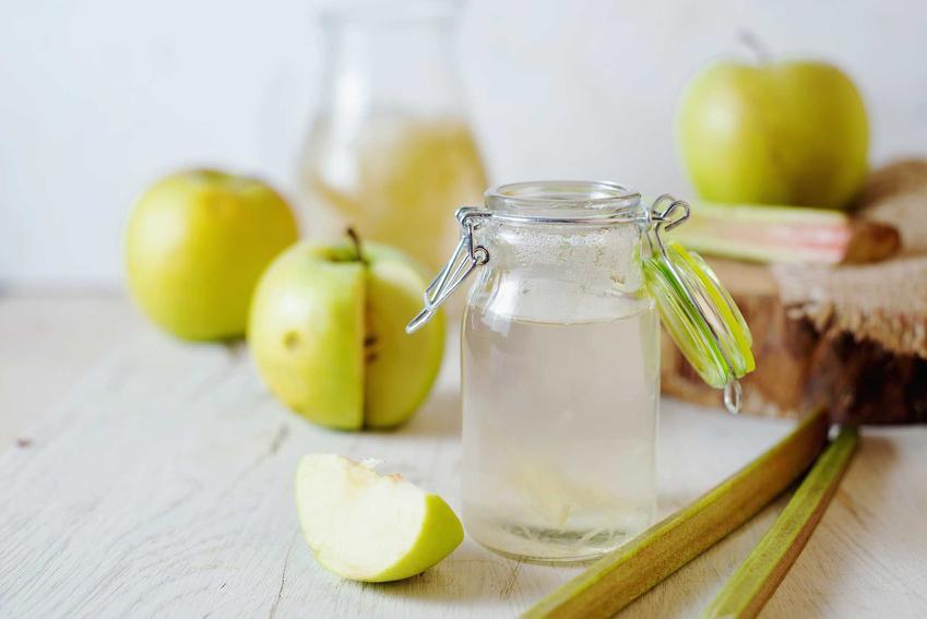 Kompot z rabarbaru i jabłek oraz przepis i porady jak ugotować kompot z rabarbaru i jabłek do bieżącego spożycia i na zimno
