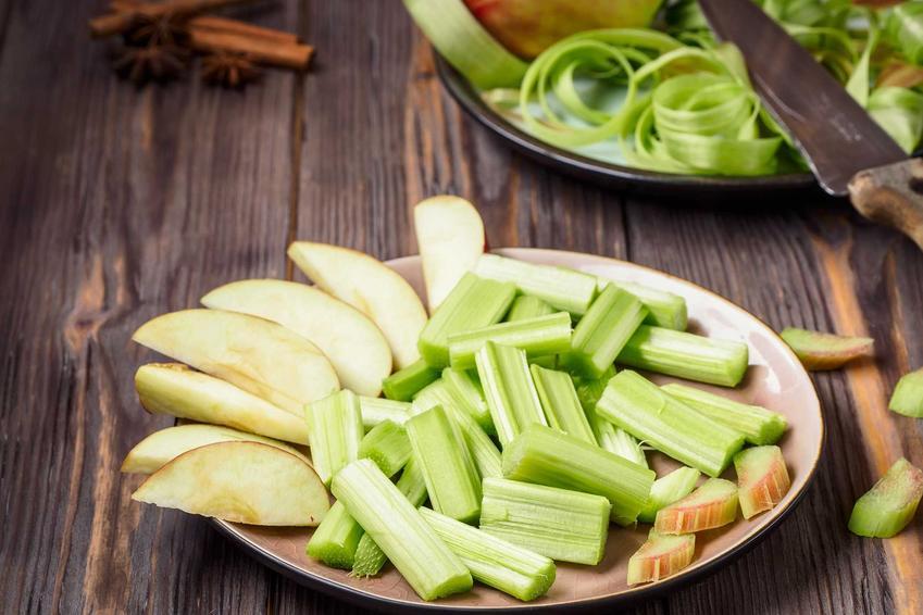 Pokrojone rabarbar i jabłka, a także przepis na kompot z rabarbaru i jabłek oraz porady jak go ugotować