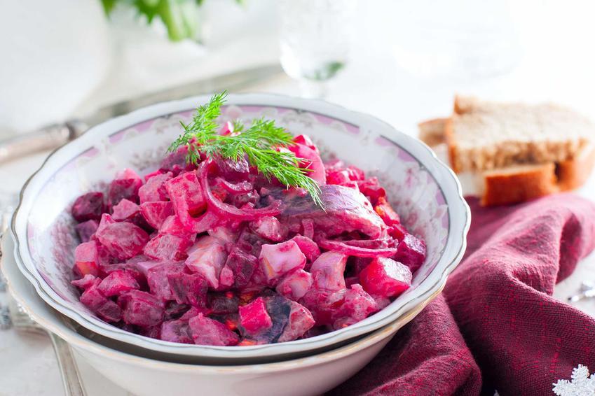 Sałatka śledziowa z burakami w salaterce, czyli sałatka z buraków z okazji Wigilii i Świąt Bożego Narodzenia oraz przepis na potrawy