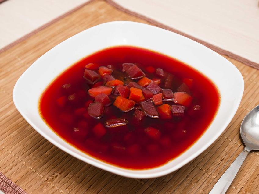 Barszcz ukraiński podany na talerzu, czyli popularny barszcz czerwony oraz przepis na domowy barszcz ukraiński