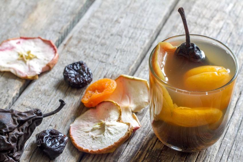 Kompot z suszonych owoców w szklance oraz wigilijny kompot i przepis na kompot z suszonych śliwek i jabłek