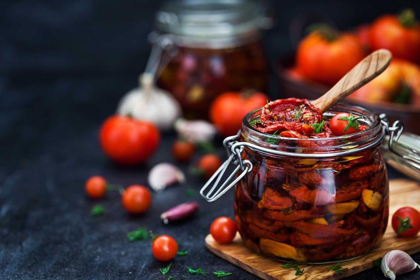 Suszone pomidory w słoikach jako pomidory na zimę, czyli pasteryzacja i przepis na gotowane pomidory w słojach