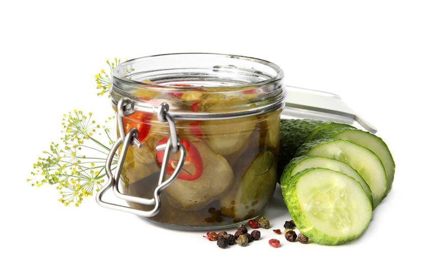 Sałatka z ogórków na zimę, a także przepis na ogórki konserwowe do słoików z przyprawami i curry w zalewie octowej