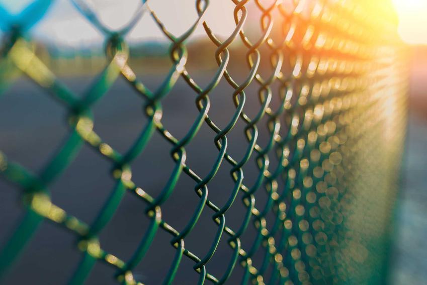 Ogrodzenia metalowe z siatki i inne płoty metalowe, w tym przęsła z metalu, ich ceny i opinie oraz zastosowanie i montaż ogrodzeń z metalu