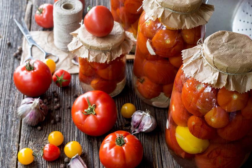 Pomidory na zimę w słoikach w całości oraz przepisy na kiszone pomidory na zimę i inne przetwory z pomidorów