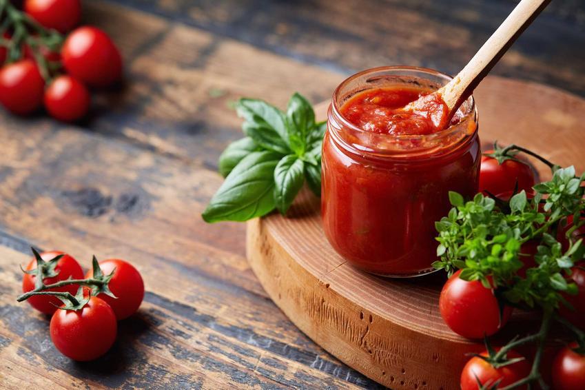 Pomidory na zimę w słoikach, jak przecier pomidorowy oraz przepisy na kiszone pomidory na zimę i inne przetwory z pomidorów