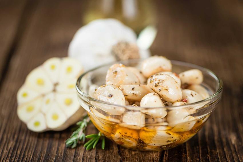 Kiszony czosnek po mołdawsku lub po rosyjsku oraz przepisy na czosnek kiszony w główkach, a także właściwości czosnku