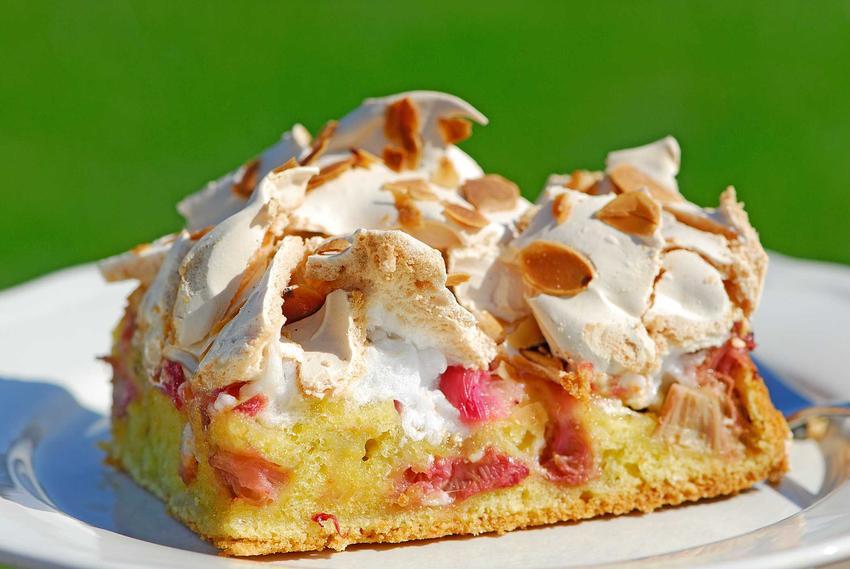 Ciasto z rabarbarem i bezą lub placek z rabarbarem, czyli najlepsze i sprawdzone  przepisy na ciasto rabarbarowe