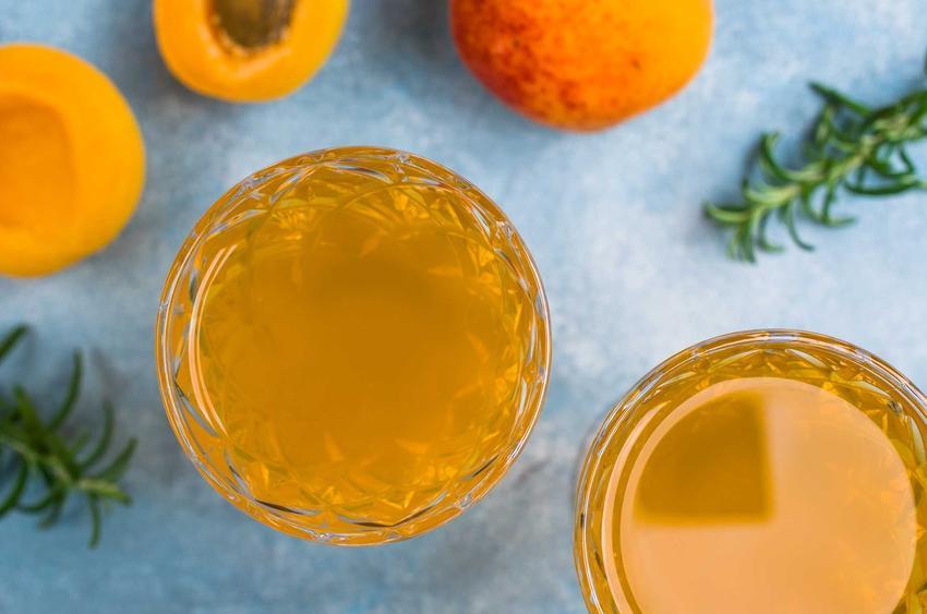 Nalewka z brzoskwiń na spirytusie i na wódce w kieliszkach, czyli dobra nalewka brzoskwiniowa i najlepsze przepisy