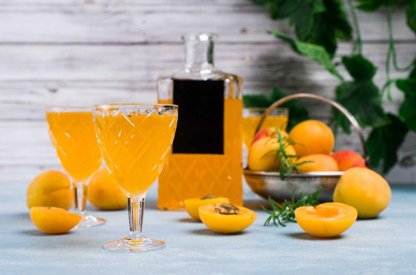 Nalewka z brzoskwiń na spirytusie lub na wódce, czyli dobra nalewka brzoskwiniowa i najlepsze przepisy