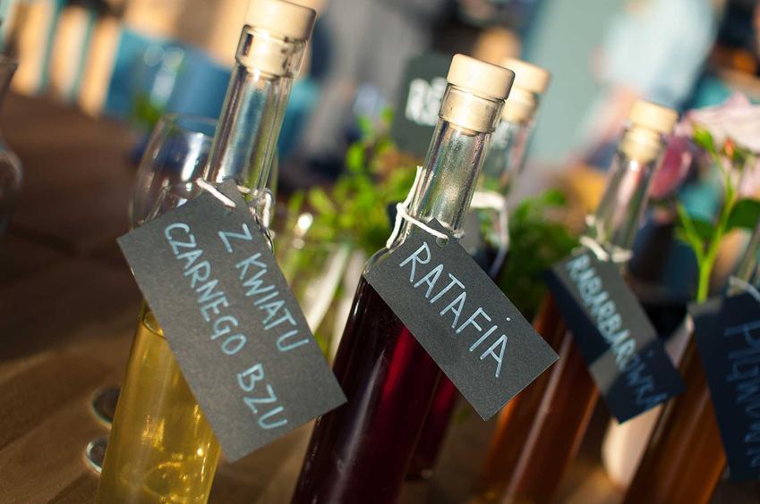 Nalewki w butelkach, a także nalewka ratafia, czyli nalewka wieloowocowa oraz najlepsze przepisy i porady, jak zrobić ratafię