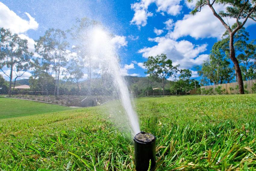 Nawadnianie trawnika, czyli system nawadniania trawnika, na przykład automatyczne nawadnianie trawnika