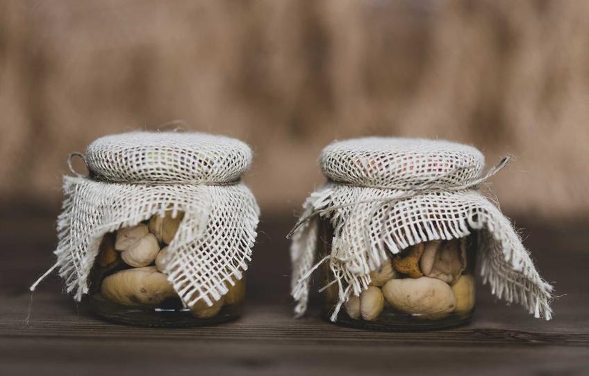 Grzyby marynowane w słoikach oraz najlepsze przepisy na marynowane grzyby w occie oraz inne proste przepisy na grzyby konserwowe