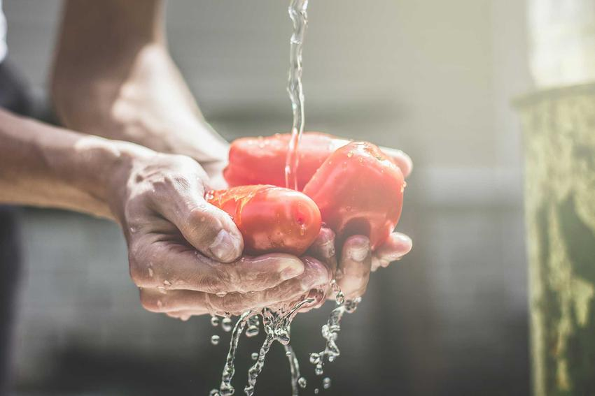Parzenie pomidorów pod bieżącą wodą i obieranie pomidorów ze skórki, czyli porady jak sparzyć pomidory