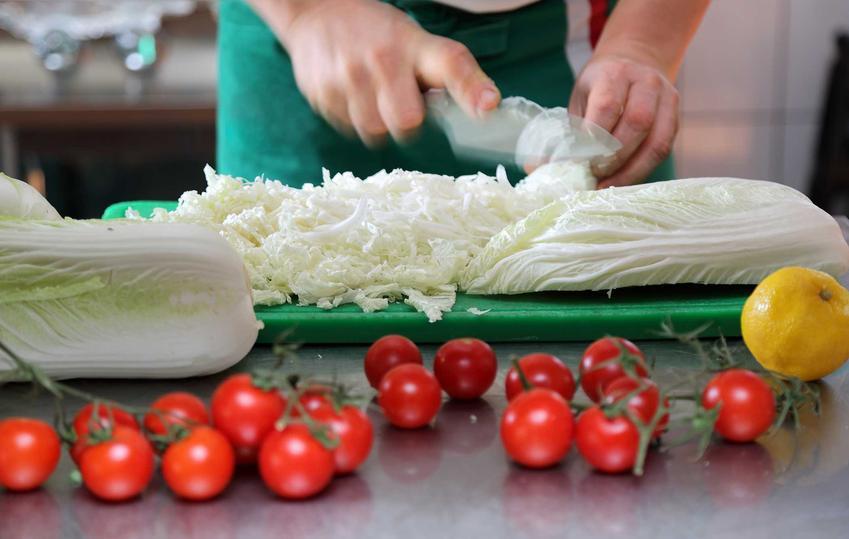Krojenie kapusty pekińskiej, a także dobra sałatka z kapusty pekińskiej i surówka z kapusty pekińskiej