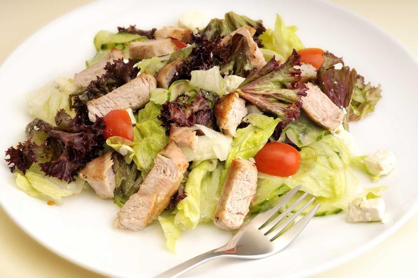 Sałatka z sałaty lodowej z dodatkiem kurczaka i surówka z sałaty lodowej, czyli najepsze przepisy na sałatki i surówki z sałaty lodowej