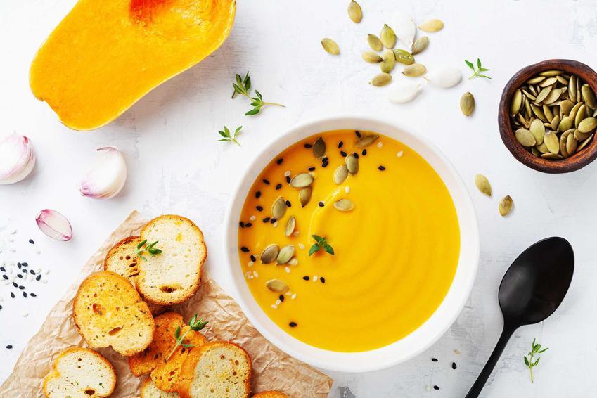 Zupa z dyni z grzankami, czyli zupa dyniowa i przepis na zupę dyniową, w tym krem z dyni bez bulionu