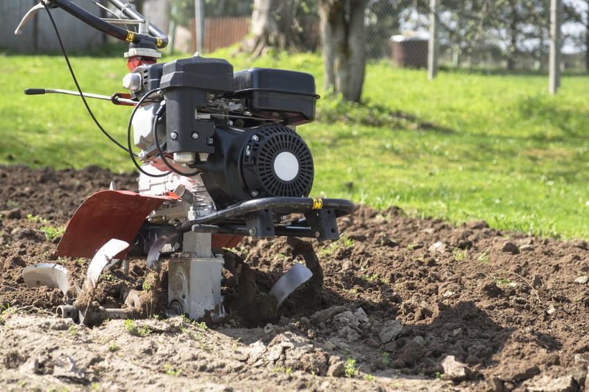 Spulchnianie gleby maszyną oraz narzędzie do spulchniania gleby