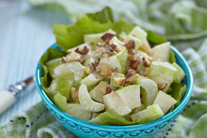 Sałatka z selera naciowego w miseczce oraz najlepsze przepisy na sałatki z selerem