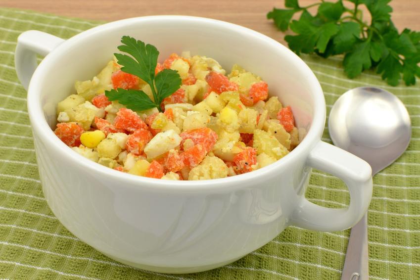 Tradycyjna sałatka jarzynowa w półmisku oraz najlepsze przepisy na sałatkę warzywną krok po kroku