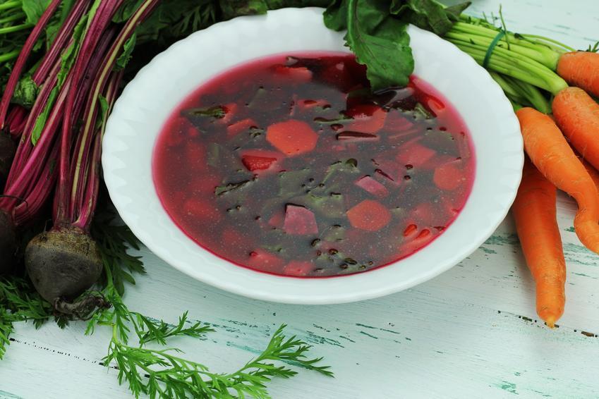 Wiosenna zupa z botwiny na talerzu, a także prosty przepis na barszcz z botwiny