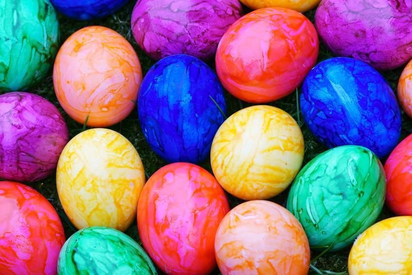 Kolorowe jajka wielkanocne, a także porady, jak naturalnie barwić jajka domowymi sposobami
