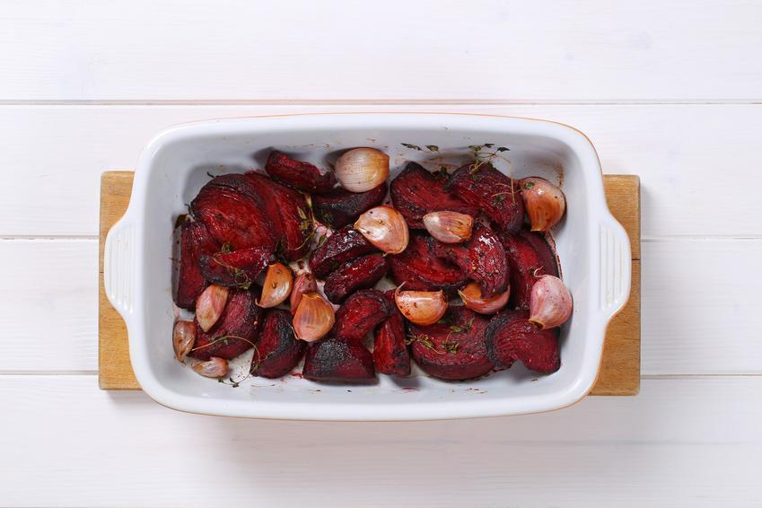 Pieczone buraki w naczyniu żaroodpornym oraz przepis na buraki czerwone w piekarniku