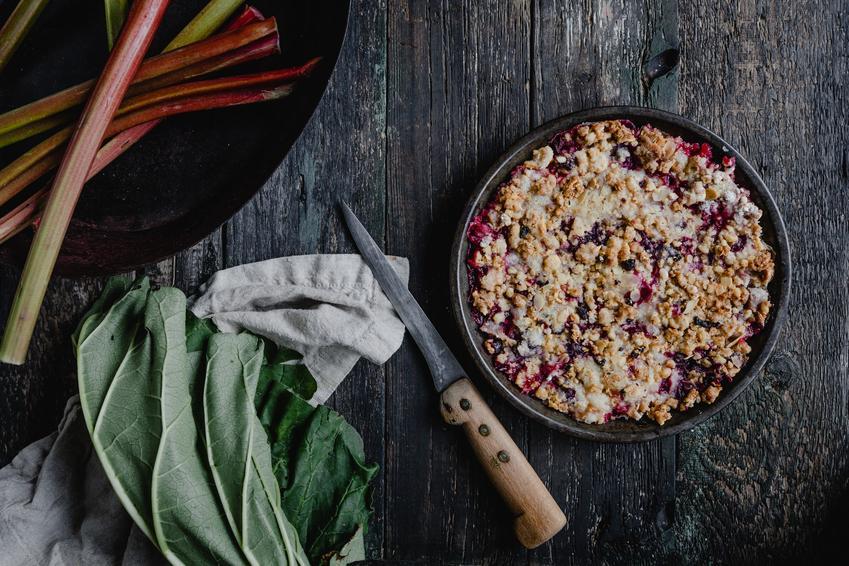 Tarta z rabarbarem i kruszoną oraz polecane przepisy na placek z rabarbarem