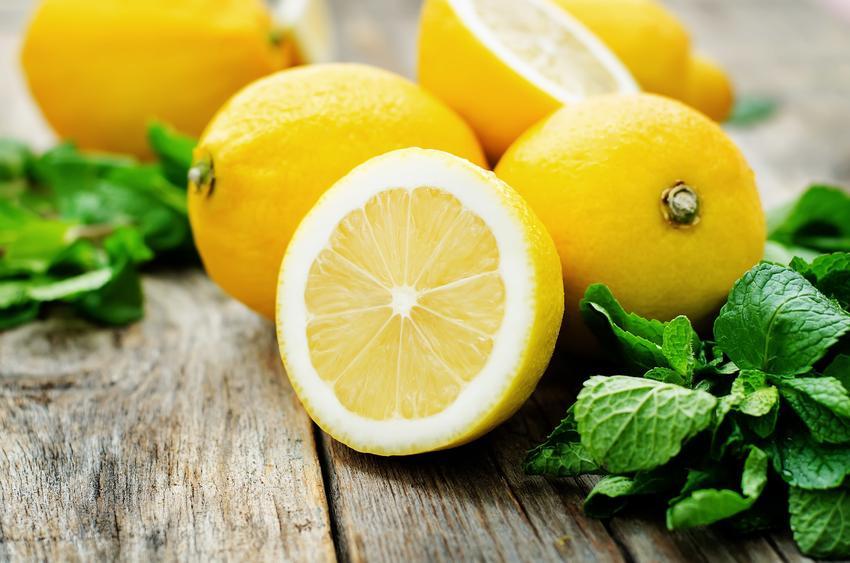 Mięta i cytryna na stole, a także woda z miętą i cytryną oraz przepis