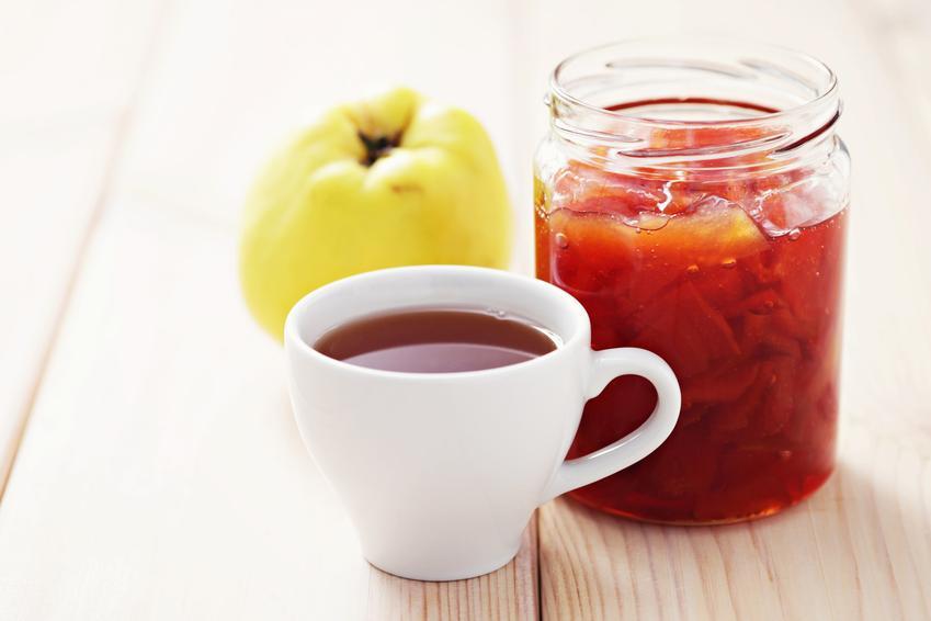 Konfitura z pigwy i herbata z pigwą na stole, a także polecana pigwa do herbaty
