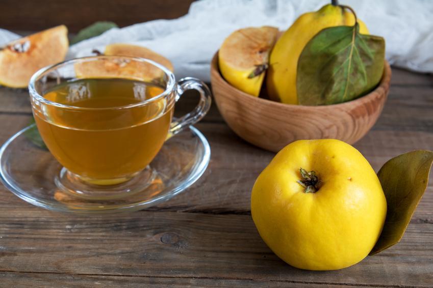 Herbata i owoce pigwy na stole, a także pigwa do herbaty i przepisy