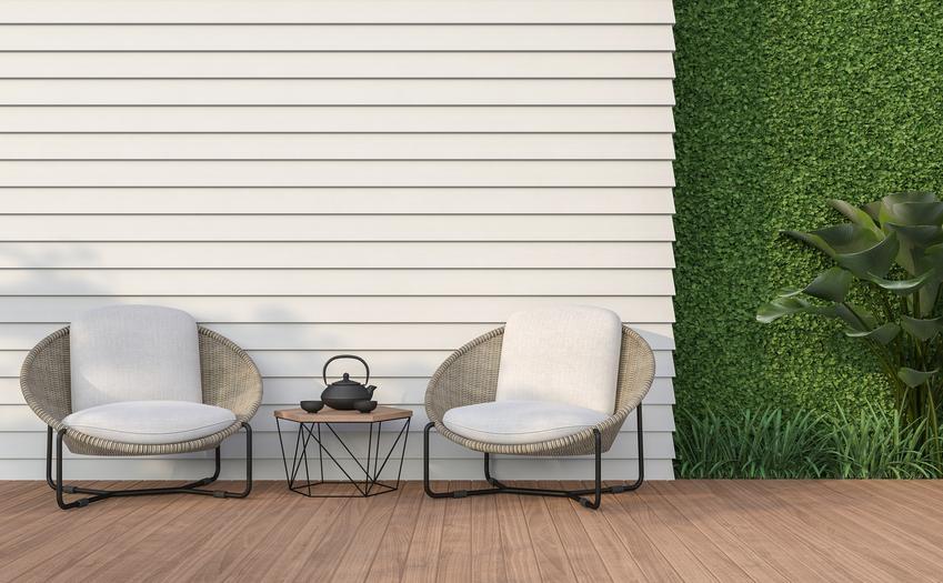 Krzesła i stoli ogrodowe na tle białej ściany, a także inne meble ogrodowe w Castoramie