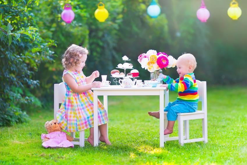 Dzieci siedzące na meblach ogrodowych dla dzieci oraz ciekawe meble ogrodowe w IKEA