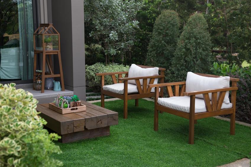 Zestaw mebli ogrodowych na trawie w ogrodzie, a także polecane meble ogrodowe w IKEA