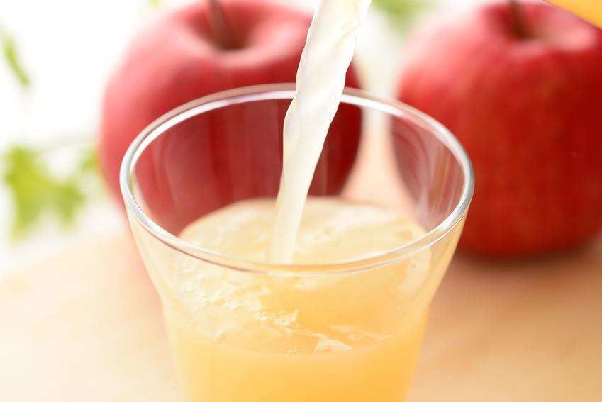 Kompot z papierówek wlewany do szklanki oraz przepis na kompot z jabłek papierówek