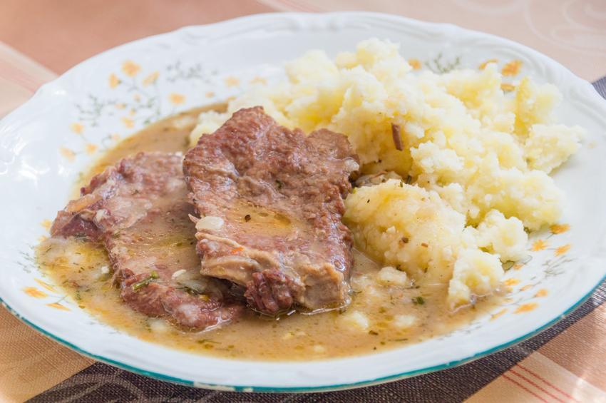 Domowy obiad na talerzu, czyli bitki z szynki wieprzowej w sosie oraz przepis