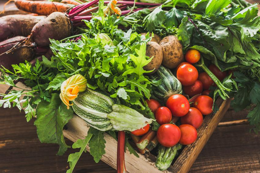 Zbiory warzyw z ogródka, a także porady, jakie sąsiedztwo warzyw w ogródku na grządkach jest korzystne