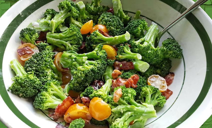 Sałatka z brokułów i innych warzyw na talerzu, a także smaczna i szybka sałatka z brokułem