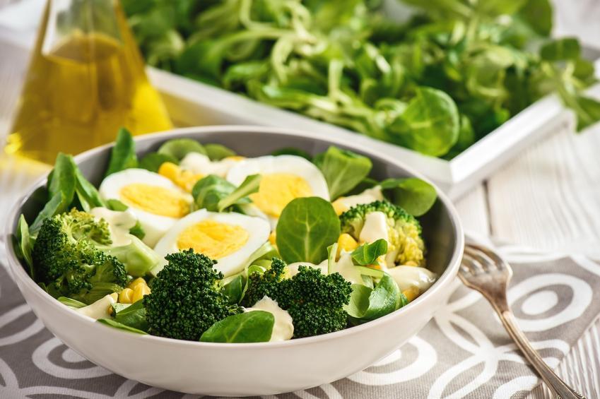Sałatka z brokułami z jajkiem na talerzu, a także najlepsze przepisy na sałatki brokułowe
